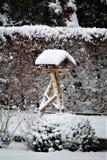Uma imagem do inverno do conceito de um aviário nevado fotos de stock royalty free