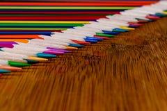 Uma imagem macro de uma linha diagonal de lápis colorido apontou a ponta Foto de Stock
