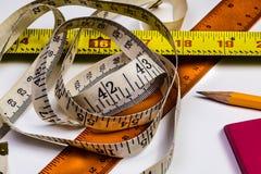 Uma imagem macro de várias ferramentas de medição em um fundo branco w Fotografia de Stock