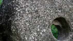 Uma imagem mais próxima do furo grande da mó da pedra de moer encontrou na rocha video estoque