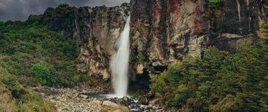 Uma imagem panorâmico da cachoeira espetacular de Taranaki, Zea novo foto de stock royalty free