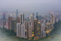 Uma imagem panorâmico nevoenta de Hong Kong e de Kowloon como visto de Victoria Peak Imagens de Stock