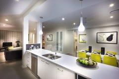 Uma imagem temperamental, à moda e bonita de uma casa com cozinha e imagens de stock