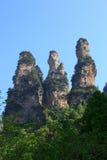 Uma imagem vertical do grupo dos três montes altos em Zhangjiajie Fotos de Stock