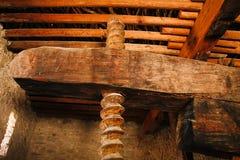 Uma imprensa de madeira velha para espremer o azeite Imagem de Stock
