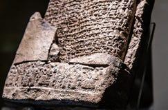 Uma impressão de selo do cilindro da tabuleta Hittite cuneiforme foto de stock royalty free