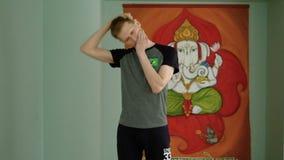 Uma ioga do homem faz um esticão saudável no estúdio video estoque