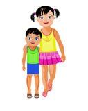 Uma irmã mais idosa abraça o irmão mais novo Imagem de Stock Royalty Free