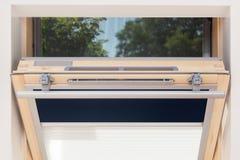Uma janela aberta moderna da mansarda da claraboia Foto de Stock Royalty Free