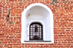 Uma janela antiga em uma parede de tijolo vermelho Fotografia de Stock Royalty Free