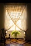 Uma janela branca à moda vestiu-se com cortinas brancas, um fer em pasta Imagens de Stock Royalty Free