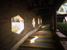 Uma janela chinesa do jardim com formas diferentes Fotos de Stock Royalty Free