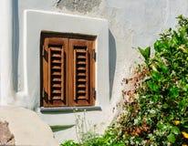 Uma janela com as cortinas de madeira do sol, Panarea do vintage, Itália Foto de Stock