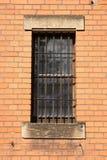 Uma janela com barras de metal imagem de stock