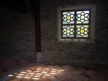 Uma janela com projetos da flor em um jardim chinês Foto de Stock Royalty Free