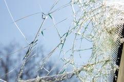 Uma janela de vidro quebrada foto de stock