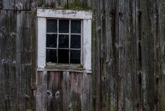 Uma janela em um celeiro velho de New Hampshire Fotografia de Stock Royalty Free