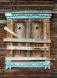 Uma janela em uma casa abandonada shutters placas dos logs da guarnição Foto de Stock Royalty Free