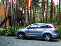 Uma jarda estacionada carro perto da casa Imagem de Stock