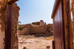 Uma jarda no agregado familiar árabe tradicional do tijolo da lama foto de stock