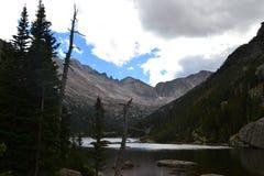 Uma joia aninhada em Rocky Mountains fotografia de stock royalty free