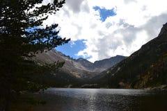 Uma joia aninhada em Rocky Mountains imagens de stock
