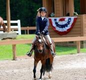 Uma jovem criança monta um cavalo na mostra do cavalo da caridade de Germantown Fotografia de Stock