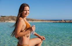 Uma jovem mulher é água potável Imagem de Stock Royalty Free