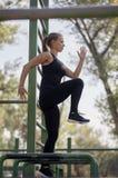 Uma jovem mulher, 20-29 anos, cardio- exercício, saltando sobre o obstáculo, fotografia de stock