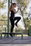 Uma jovem mulher, 20-29 anos, cardio- exercício, saltando sobre o obstáculo fotos de stock