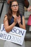 Uma jovem mulher aplaude para o candidato presidencial GA do libertário Imagem de Stock Royalty Free