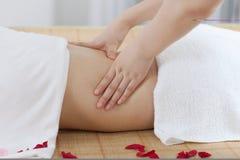 Uma jovem mulher aprecia a massagem em termas Foto de Stock Royalty Free
