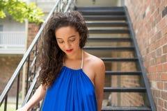 Uma jovem mulher bonita anda abaixo das escadas fotos de stock