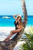 Uma jovem mulher bonita com cabelo longo em um chapéu de palha relaxa sobre fotografia de stock royalty free