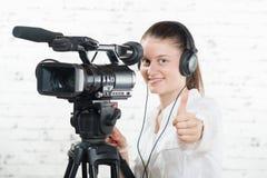 Uma jovem mulher bonita com uma câmera imagem de stock royalty free