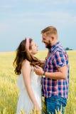 Uma jovem mulher bonita em um campo de trigo imagens de stock royalty free