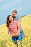 Uma jovem mulher bonita em um campo de trigo imagens de stock