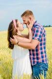 Uma jovem mulher bonita em um campo de trigo fotos de stock