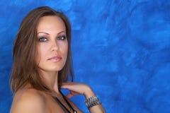 Uma jovem mulher bonita guarda uma mão perto do pescoço imagem de stock royalty free