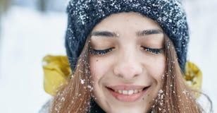 Uma jovem mulher bonita no inverno fora fotos de stock royalty free