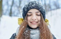 Uma jovem mulher bonita no inverno fora fotografia de stock