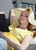 Leitura bonita da mulher Fotografia de Stock