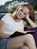 Leitura bonita da mulher Imagem de Stock Royalty Free