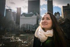 Uma jovem mulher cedo na manhã está estando no Central Park de New York Fotografia de Stock