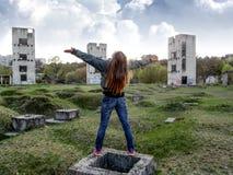 Uma jovem mulher com cabelo louro longo está estando com as mãos espalhadas ao céu Foto de Stock Royalty Free