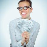 Uma jovem mulher com dólares em suas mãos, isoladas no fundo branco Imagens de Stock Royalty Free