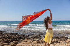 Uma mulher com o pareo está em uma costa Fotografia de Stock Royalty Free