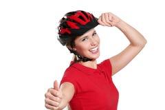 Jovem mulher com um capacete da bicicleta Foto de Stock