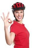 Jovem mulher com um capacete da bicicleta fotografia de stock royalty free