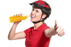 Jovem mulher com um capacete da bicicleta Imagens de Stock Royalty Free